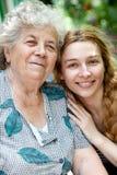 Familienportrait der jungen Frau und ihrer Großmutter lizenzfreie stockbilder