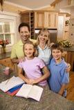 Familienportrait in der Küche. stockbild