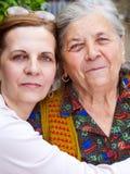Familienportrait - glückliche Großmutter und Tochter Lizenzfreie Stockbilder