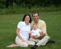Familienportrait mit einem Baby Lizenzfreies Stockfoto