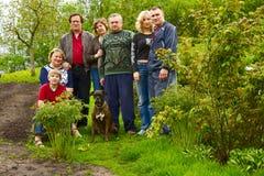 Familienportrait und -hund draußen lizenzfreies stockfoto