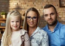 Familienportrait zu Hause lizenzfreies stockbild