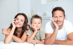 Familienportrait zu Hause lizenzfreie stockfotos