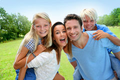 Familienporträt in der Landschaft Lizenzfreie Stockbilder