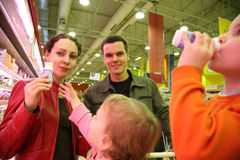 Familienprobieren im System Lizenzfreie Stockfotos