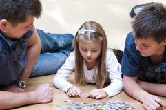 Familienpuzzlespiel Lizenzfreie Stockfotos