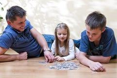 Familienpuzzlespiel Stockfoto