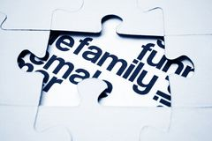 Familienpuzzlespielkonzept Stockfoto