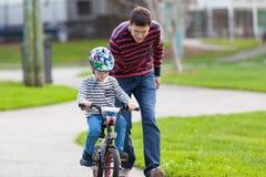 Familienradfahren Lizenzfreies Stockfoto