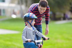 Familienradfahren Stockbild