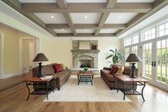 Familienraum mit hölzernen Deckenlichtstrahlen Stockbilder
