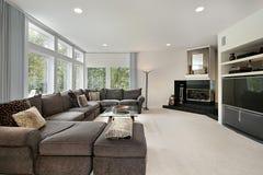 Familienraum mit schwarzem Kamin Stockbilder
