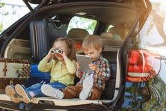 Familienreise der Reise mit dem Auto machen zusammen Urlaub Stockbilder