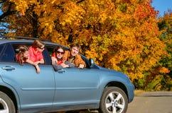 Familienreise im Auto auf Herbstferien, glückliche Eltern und Kinder haben Spaß in der Reise lizenzfreie stockbilder