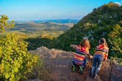 Familienreise mit Kindern, Kinder, die vom Gebirgsstandpunkt, Feiertagsferien in Südafrika schauen Lizenzfreie Stockfotos