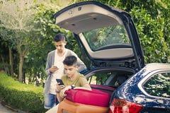 Familienreise mit Koffern Lizenzfreie Stockbilder