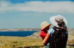 Familienreise - Mutter mit der kleinen Tochter, die Berge betrachtet lizenzfreies stockbild