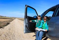 Familienreise - Mutter und Sohn, die Karte auf Straße zu den Bergen betrachten stockbild