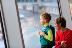Familienreisevater und -sohn im Flughafen Stockfotografie
