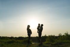 Familienrest auf einem Sonnenuntergang Lizenzfreie Stockbilder