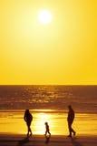 Familienschattenbild auf Strand stockfoto