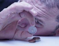 Familienschulden Junge frustrierte und hoffnungslose Mannzählung klein Stockfotos
