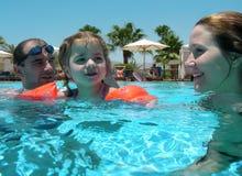 Familienschwimmen Stockbild