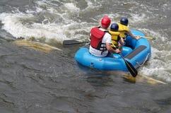 Familienspaß auf dem Fluss Lizenzfreie Stockfotos