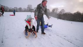 Familienspaß im Schnee stock video footage