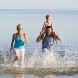 Familienspaß, -meer und -sonne Lizenzfreie Stockfotos