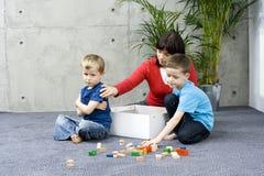 Familienspaß mit aufräumen Lizenzfreies Stockbild