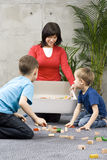 Familienspaß mit aufräumen Stockfoto