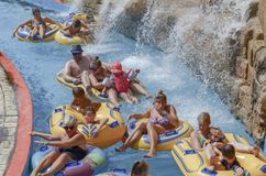 Familienspaß am Wasserpool lizenzfreie stockbilder