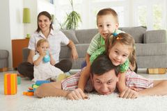 Familienspaß zu Hause Stockbild