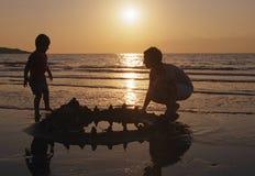 Familienspiel auf einem Strand stockbilder