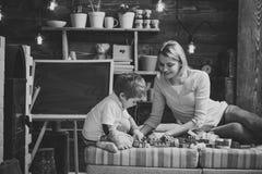 Familienspiel mit Erbauer zu Hause Mutter und Kinderspiel mit Sonderkommandos des Erbauers, Plastikziegelsteine Mutter und Sohn Lizenzfreie Stockfotos