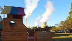 Familienspielplatz - lebend mit den Kern- und Kohlenanlagen Lizenzfreie Stockfotos