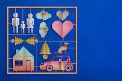 Familienspielzeug-Modellsatz mit Papier schnitt flache Art auf blauem Leder b Stockbild