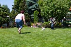 Familiensport - Fußball (Fußball) spielend Stockfotografie