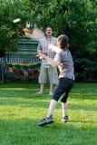 Familiensport - Spielen von Badminton Lizenzfreie Stockbilder