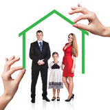 Familienstand unter grünem Haus Stockfotos