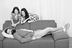 Familienstreich Kleines M?dchen mit Mutter schnitt V?ter trotzen Gl?ckliche Familie zu Hause b?rtiger Mann entspannen sich auf So lizenzfreie stockfotografie