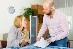Familienstreit über Finanzdokumenten Lizenzfreies Stockbild