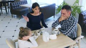 Familienstreit im Café Mutter ist sehr nervöses Schelten auf Tochter und Ehemann stock video