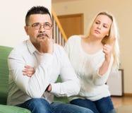 Familienstreit zu Hause lizenzfreie stockfotos