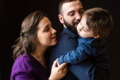 Familienstudioporträt des Jungen und der Eltern lizenzfreie stockfotografie