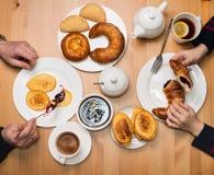 Familienteeparty mit selbst gemachten Pfannkuchen Vater und Sohn am Bruch Lizenzfreie Stockbilder