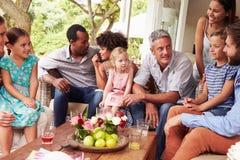 Familientreffen in einem Konservatorium Lizenzfreie Stockbilder