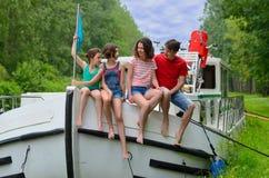 Familienurlaub, Reise auf Beiboot im Kanal, Eltern mit Kindern auf Fluss kreuzen im Hausboot Stockbilder