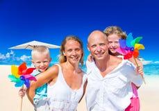 Familienurlaub-Strand-Glück-Reise-Sommer-Konzept Stockfotografie
